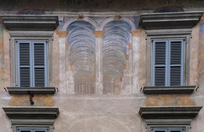 La facciata con gli affreschi
