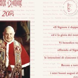 Un santino in regalo nelle edicole con l'augurio benedicente di Giovanni XXIII