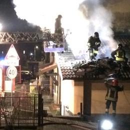 In fiamme il tetto di una casa Vigili del fuoco a Villa d'Ogna