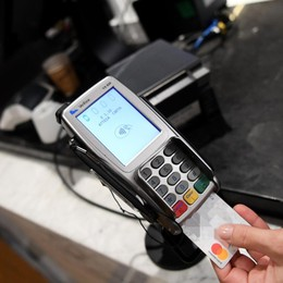 Per i bergamaschi crescono i pagamenti elettronici  Più di uno su due rinuncia ai contanti nei negozi
