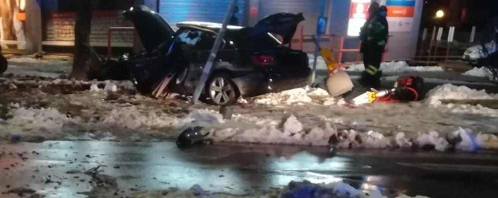 Bergamo, tragico schianto nella notte Auto fuori strada, muore 26enne in via Carducci