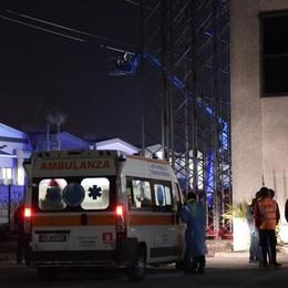 Carrello elevatore urta l'alta tensione Scarica da 132 mila volt, operai salvi