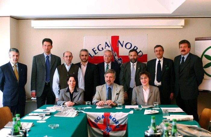 Franco Colleoni seduto al centro nella sede della Lega Nord insieme ai candidati del Carroccio alle elezioni amministrative del 2002