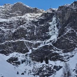 Freddo in Bergamasca, dalle cascate  del Serio crollano le candele ghiacciate