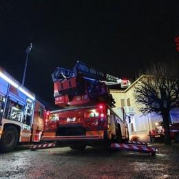 Lallio, fuoco da una canna fumaria -Foto Arrivano i Vigili del fuoco, nessun ferito