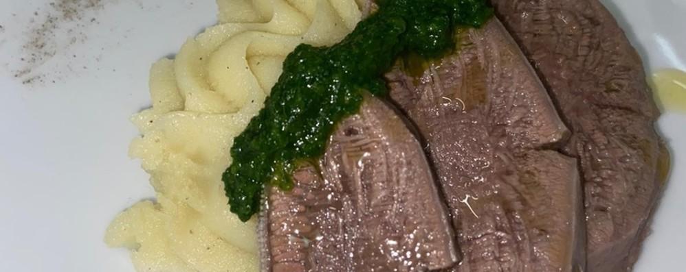 Lingua di bovino con salsa verde  e purea di patate