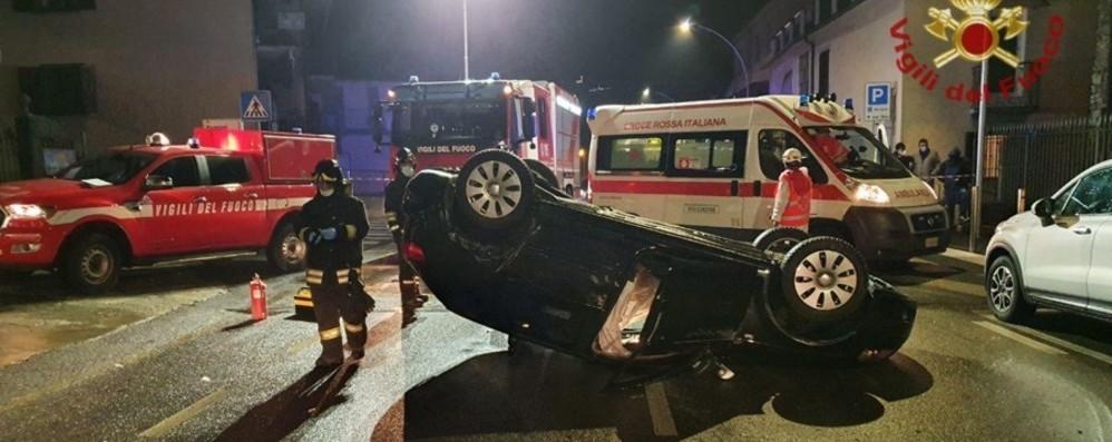 Perde il controllo dell'auto e si ribalta Nembro, 44enne finisce in ospedale