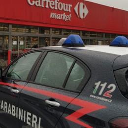Si calano dal tetto e forzano la cassaforte Furto al supermarket, bottino 10mila euro