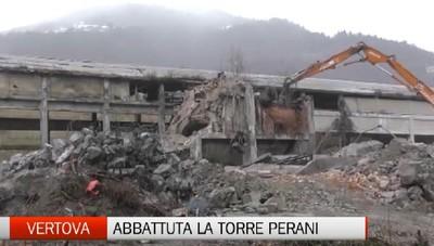 Vertova, abbattuta la storica ciminiera dei Forni Perani