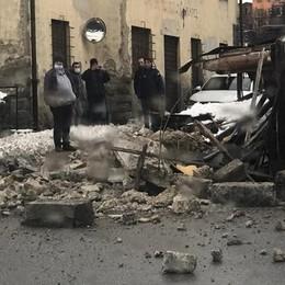 Crolla palazzina fatiscente e disabitata Strada d'ingresso bloccata e Oneta isolata