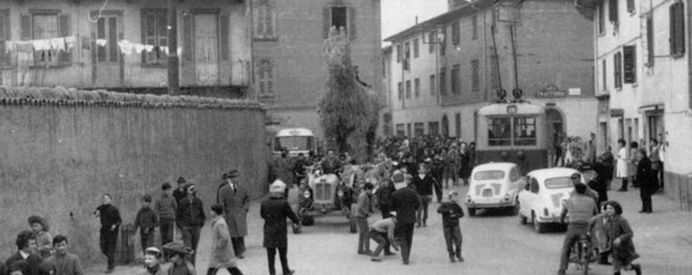 La gente, il filobus e le mitiche Fiat 600 Colognola, quanti ricordi in uno scatto