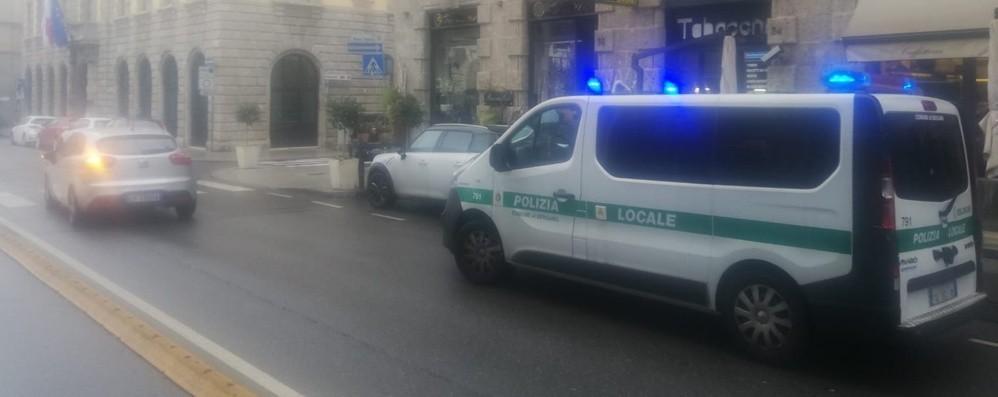 Investita mentre carica il furgoncino Bergamo, grave donna di 55 anni