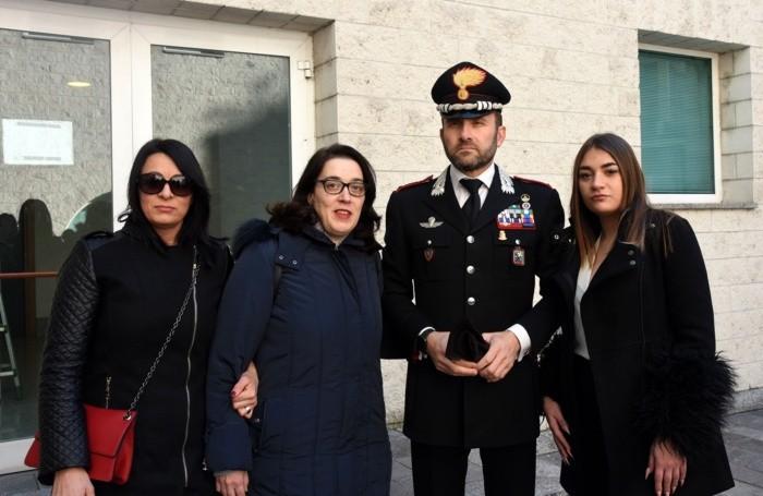 Da sinistra, Susana Pagnotta, Catia Anzini, il colonnello Paolo Storoni e Sara Anzini: sono la compagna, la sorella e la figlia del carabiniere investito a Terno