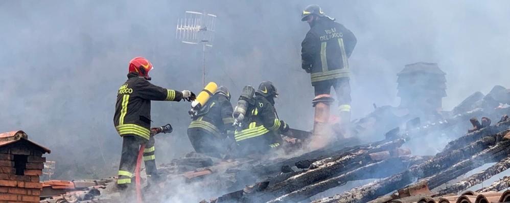 Val Cavallina, brucia un tetto a Grone Sei autobotti per spegnere le fiamme