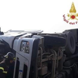 Fuori strada, si ribalta nel prato Incidente a Ghisalba: coinvolto un tir
