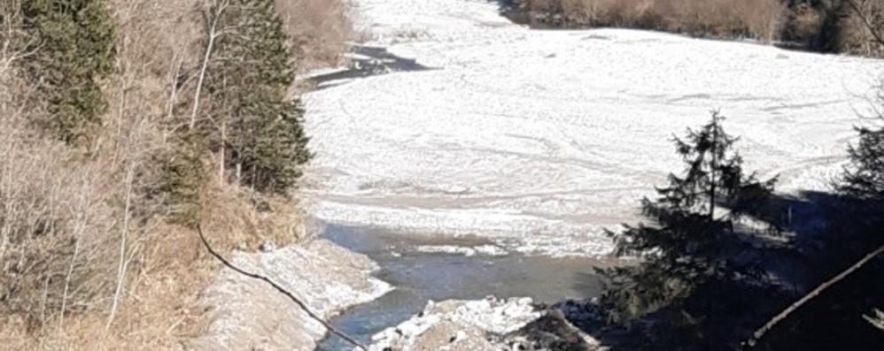 Smaltito materiale illecito nel fiume Dezzo Cinque indagati, area sotto sequestro