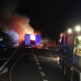 Un tir prende fuoco sull'A4 - Le foto Lunghe code all'alba sull'autostrada