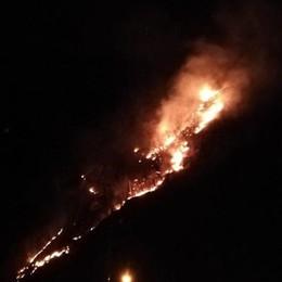 Nuovo incendio in Val Taleggio - Foto Strada chiusa, fiamme sopra «Le Gole»