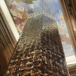 """Sentirsi piccoli per """"Toccare il cielo con un mito"""" con la torre di Maurizio Mazzoleni"""