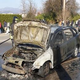 Auto prende fuoco in via Gavazzeni Vigili del fuoco in azione - Foto e video