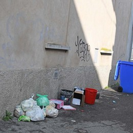 Treviglio, sacchi di rifiuti gettati in strada Scatta la multa per 47 cittadini incivili