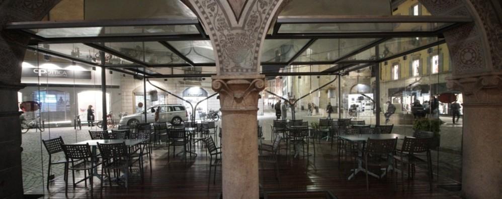 Bar e pub aperti dopo le 18 «Ma senza servizio al banco»