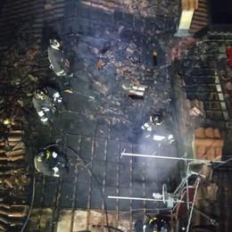 Brucia un tetto di una casa ad Albino Fuori una famiglia di quattro persone