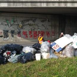 Seriate, abbandona 11 sacchi di rifiuti  Chiede scusa e paga una multa di 500 €