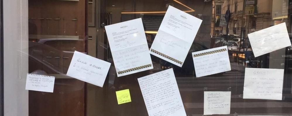 Il «grazie» dei contagiati sui vetri dell'hotel Il messaggio dei bergamaschi a Palermo