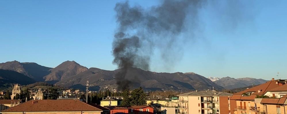 Incendio in via Serassi a Bergamo Fumo nero in zona cimitero - Video