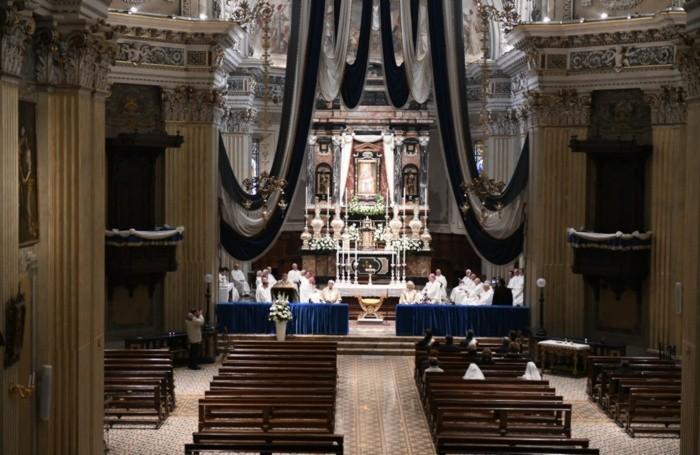 Il santuario vuoto durante la Messa