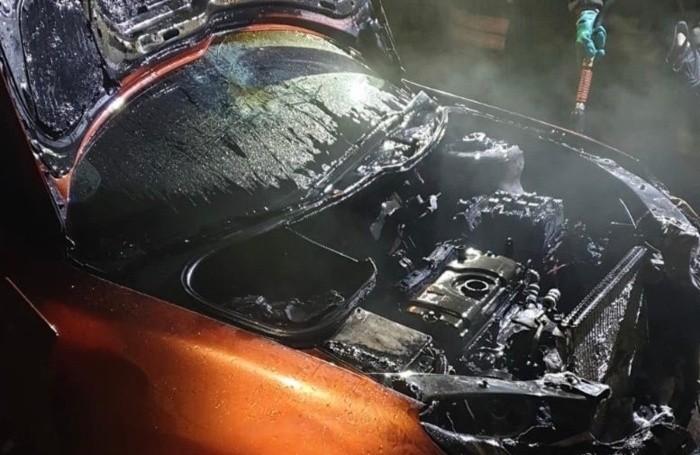 Una delle due auto seriamente danneggiate dall'incendio in un garage di Sovere