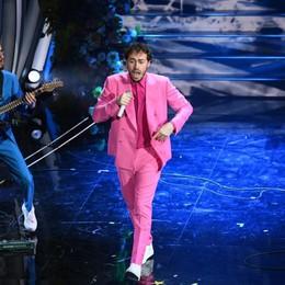 Con il medley i Pinguini tattici nucleari scalano il podio di Sanremo - Video