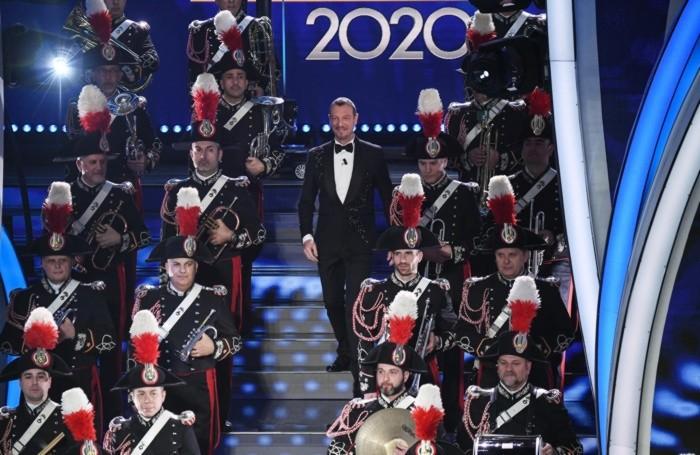 La banda dell'Arma dei carabinieri, che festeggia cento anni di storia, sul palco ha eseguito l'inno di Mameli.