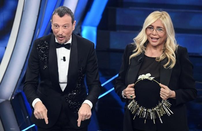 Amadeus ha consegnato a Mara Venier le chiavi dell'Ariston