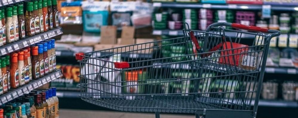 «La spesa arriva gratis a casa tua» Rete di negozianti a sostegno dei più soli