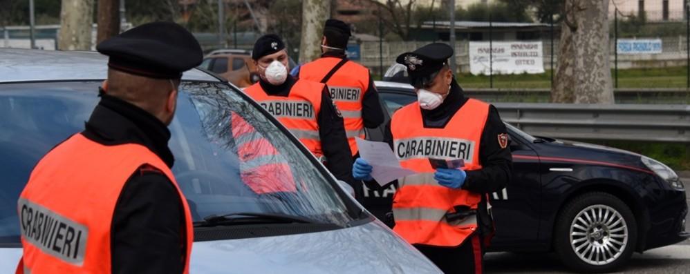Donna in quarantena in strada a Clusone Controllate 1000 persone, 82 denunce