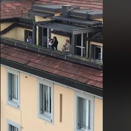 L'«Hallelujah» di Cohen sui tetti della città Il video di un turista che canta a Bergamo