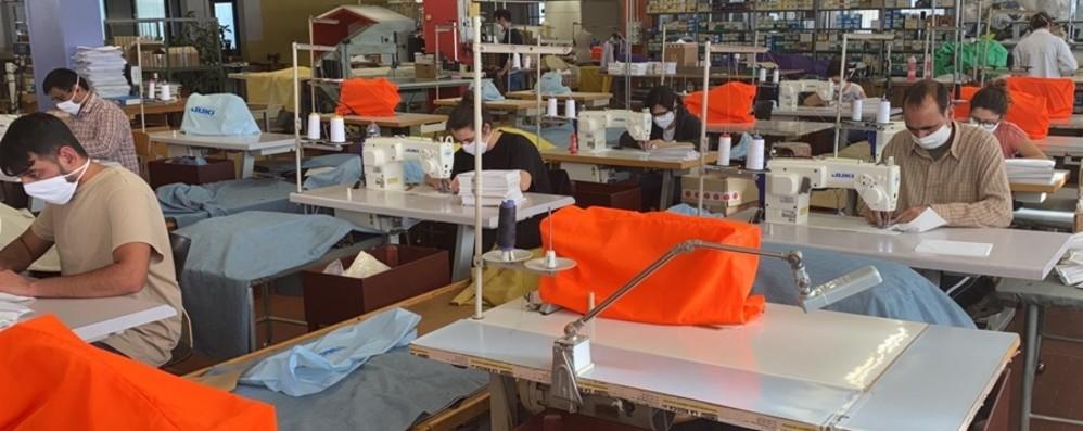 A Martinengo 4 mila mascherine al giorno Gli operai rientrano al lavoro a La Rocca