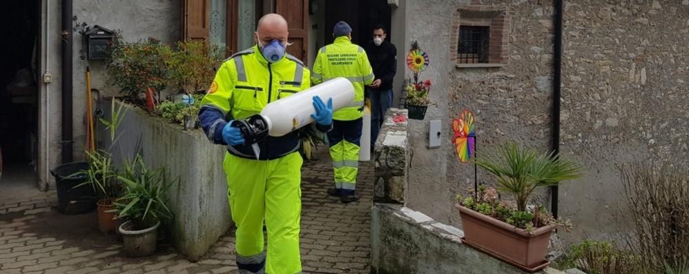 Alzano, volontari: «Portiamo bombole d'ossigeno e pasti, ma cercano fiducia»