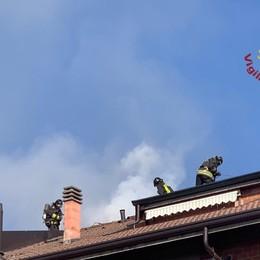 Brucia un tetto a Bergamo Vigili del fuoco in azione - Foto
