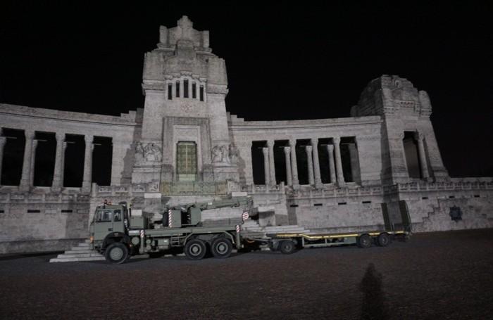 La colonna dei militari in partenza dal cimitero