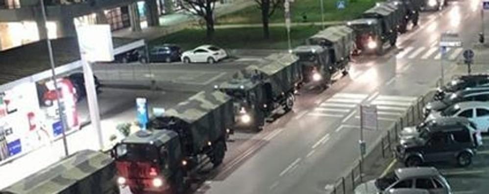 Defunti in altre città per la cremazione Mezzi dell'Esercito trasportano le bare