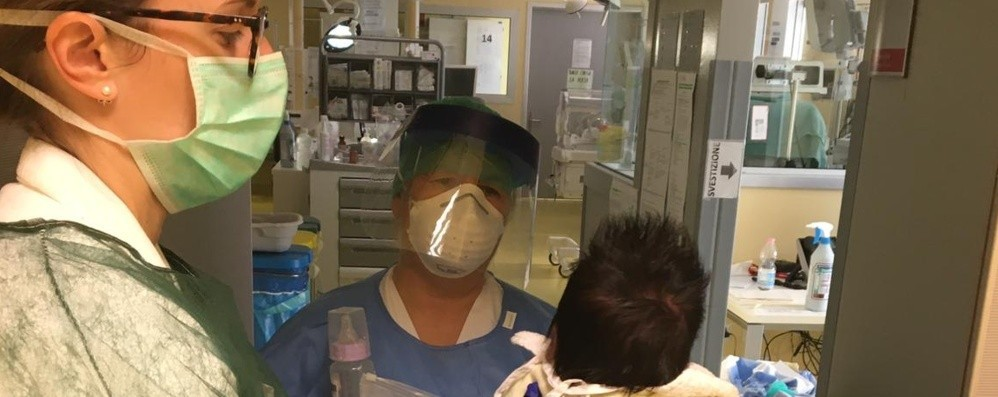 È a casa il neonato ricoverato a Bergamo Nati bimbi negativi da mamme contagiate