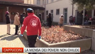 La mensa dei Cappuccini non si ferma: anche oggi distribuiti centinaia di pasti ai poveri
