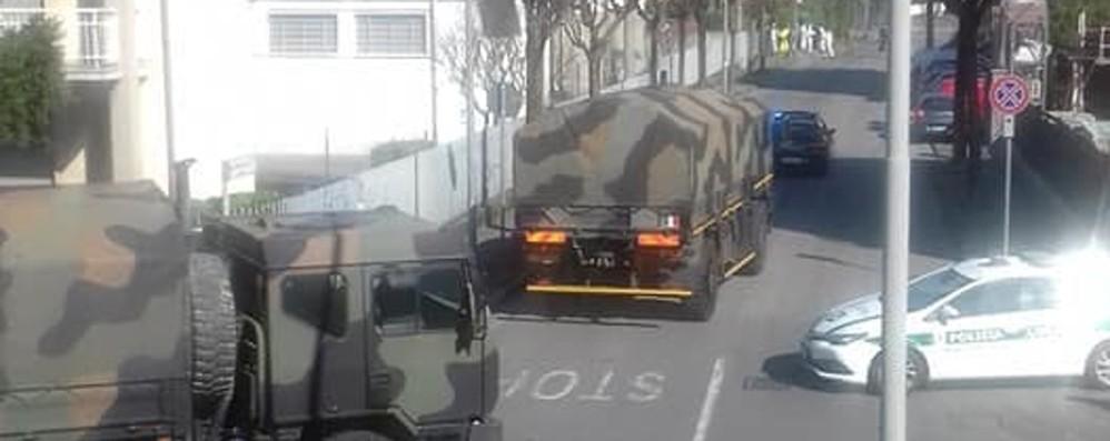 Nuovo triste corteo di mezzi militari A Ponte San Pietro per portare via 35 bare