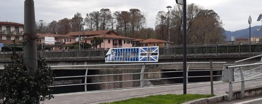 Sarnico, strappato nello notte lo striscione della fratellanza tra Bergamo e Brescia