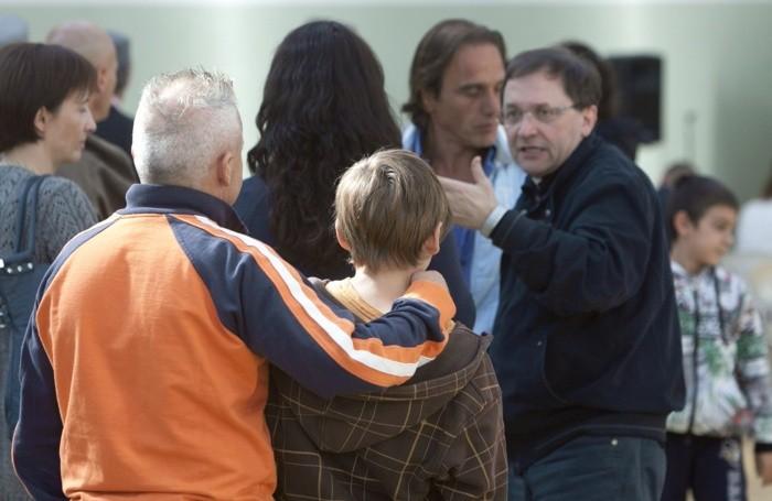 Carcere di Bergamo (casa circondariale di via gleno) - festa dei figli con i padri detenuti - padre carcerato col figlio - Don Fausto Resmini