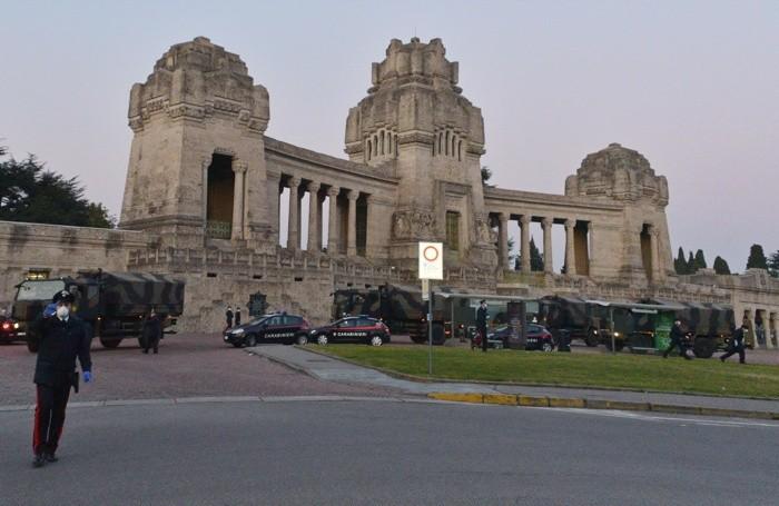 L'esercito trasporta le bare dei defunti dal cimitero monumentale di Bergamo