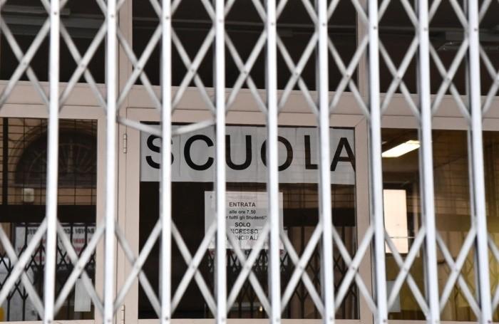 I cancelli di una scuola superiore chiusi dopo le misure prese dalla regione Liguria, in via precauzionale, come la chiusura per 1 settimana di scuole di ogni ordine e grado oltre che di tutte le manifestazioni sportive, chiuse di musei e spettacoli teatrali. Genova, 24 Febbraio 2020. ANSA/LUCA ZENNARO